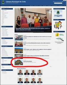 Captura de tela da homepage do site oficial da Câmara de Cotia por volta das 16h30 de hoje (23/1). Circulada em vermelho, a nota anunciando a sessão extraordinária de 22/12. Nenhuma nota informando sobre a sessão de ontem aparece no site.