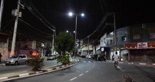 fotografia noturna da Estrada da FAzendinha, em Carapicuíba, com a nova iluminação de LED