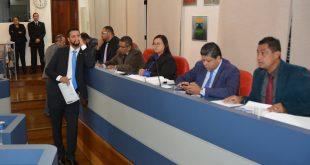 Vereadores Dr. Castor, Fernando Jão, Edson Silva, Paulinho Lenha, uma assessora jurídica da Câmara de Cotia, Marcos Nena e Tim sentados à mesa diretora da casa durante a sessão ordinária
