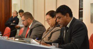 O vice-presidente da Câmara de Cotia, Marcinho Prates (SD); uma assessora jurídica da casa e o vereador Professor Osmar (PV) sentados à mesa diretora da Câmara durante a sessão ordinária