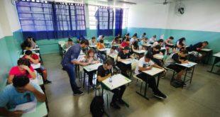 estudantes numa sala de aula prestando o vestibulinho da ETEC
