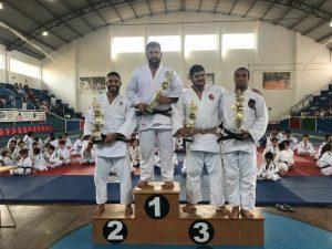judocas no pódio da Copa Kazuo Suga