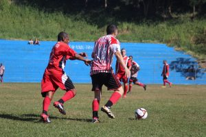jogadores do Planalto e do XI Garotos disputam bola durante o Campeonato Municipal de Futebol