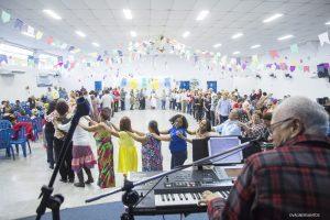participantes se divertem no arraiá da terceira idade de Cotia