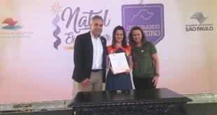 prefeito de São Roque Claudio Góes, Mazé Barros e Lúcia França assinam o convênio para receber o Projeto Costurando o Futuro