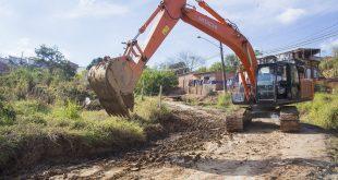 uma retroescavadeira trabalha em obras de drenagem no Recanto Arco Verde, em Cotia