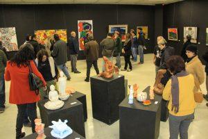 público observa obras de arte na Abertura da Semana da Cultura Japonesa