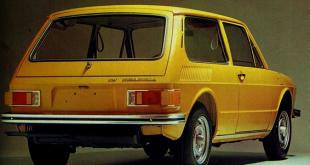 uma Brasília amarela vista por trás