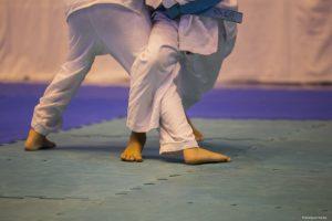 detalhes das pernas de dois adversários durante luta de judô