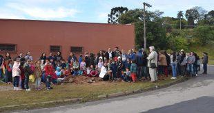 Alunos de Maylasky reunidos para plantar árvores para comemorar o dia mundial do meio ambiente