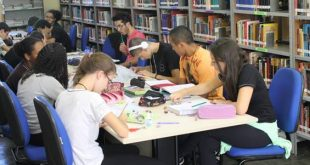 alunos de uma ETEC reunidos ee studando em uma biblioteca