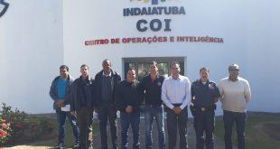 Almir Rodrigues e outras pessoas posam para foto diante do CEntro de Operações e Inteligência de Indaiatuba