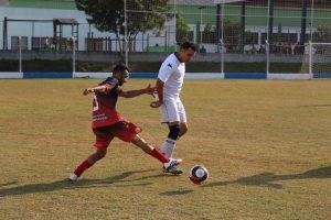 jogadores do Caracas e do Bola Branca disputam bola durante o campeonato municipal de futebol  Veterano – 1ª Divisão