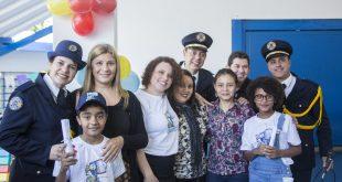 alunos e professores do Projeto Educando posando para foto com membros da guarda civil de Cotia