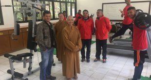 abadessa do projeto Filhos de Buda com atletas da iniciativa