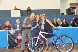 prefeito Josué Ramos com uma aluna formada no Proerd