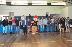 alunos, professores e participantes do Proerd posam com o leão mascote do projeto