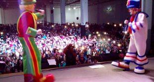 patatí patatá no palco com o público lotando o recinto ao fundo