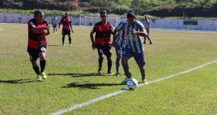 jogadores do Renegados (de cinza) e do Rubro Negro (de preto e vermelho) disputam partida de futebol
