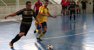 jogadores do Sem Futuro (de preto) e Liras (de amarelo) se enfrentando em quadra