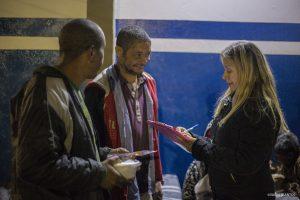 agente do Fundo Social de Solidariedade de Cotia conversa com moradores de rua