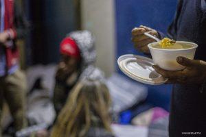 morador de rua de Cotia come comida oferecida pelo Fundo Social de Solidariedade