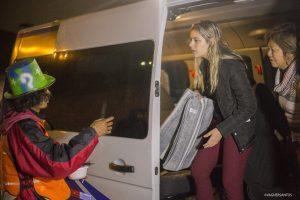agente do Fundo Social de Solidariedade de Cotia entrega mantimentos com moradores de rua