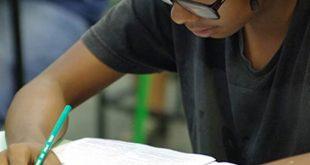 aluno concentrado em uma prova do vestibular da Fatec