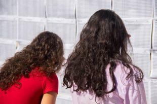 duas estudantes conferem lista de classificação de vestibular da Fatec