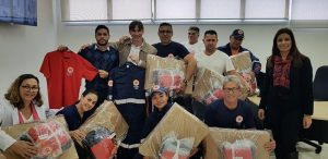 funcionários do samu de vargem grande paulista posam para foto com novos kits