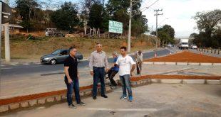 Claudio Goés, Alacir Raysel e um terceiro homem não identificado posam em meio à obra da rua Antonio Pannellini