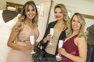Vanessa e Maria Luiza posam com convidada segurando taças