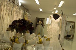 taças com bombons da inauguração, com um vestido ao fundo