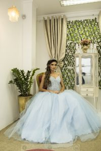 debutante posa usando vestido azul do Maison D'Marié