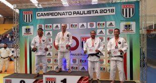 judocas cotianos no pódio do Campeonato paulista de judo