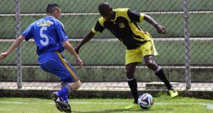 dois jogadores disputam uma bola em partida de futebol em Embu das Artes
