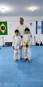 luciano posa com dois pequenos alunos Bukan Granja Viana