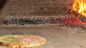 uma pizza sendo assada na Pizza Estrela da Granja