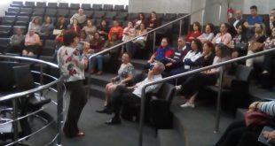 pessoas reunidas na plateia da câmara de são roque para acompanhar audiência