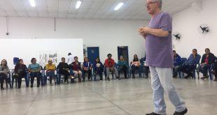 psiquiatra Messias Liguori Padrão palestra para dezenas de pessoas