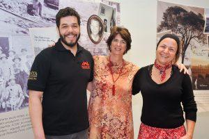Vinicius, Thereza e Flávia Greco posam para foto