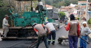 homens trabalhando no recapeamento da rua Nossa Senhora de Guadalupe
