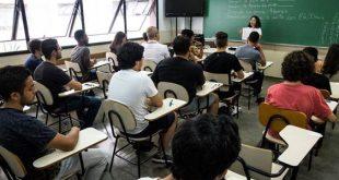 estudantes prestes a prestar um vestibulinho da etec enquanto uma fiscal passa orientações
