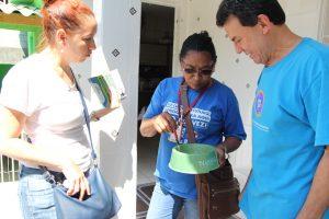 agentes da patrulha da dengue checam um pode de água para animais de estimação numa casa em carapicuíba