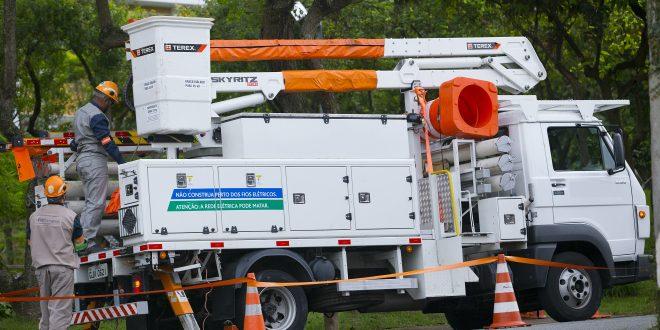 um caminhão da Eletropaulo estacionado e voltado para a direção direita da imagem
