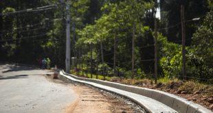 vista da Estrada da Olaria logo após uma obra de melhoria, com uma nova guia visível