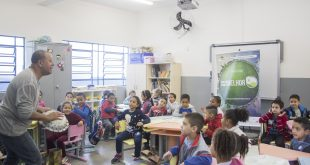 alunos da Escola Municipal Francisco Ambrósio de Azevedo observam oficina do ator e pedagogo João Paulo Vital dentro de uma sala de aula