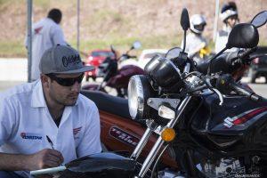 funcionário da Honda verifica moto em Cotia durante ação do Maio Amarelo