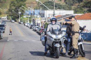 agente de trânsito de Cotia orienta motociclista durante ação do Maio Amarelo