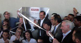 presidente da Fiesp, Ciesp, Sesi-SP e SENAI-SP Paulo Skaf, vice-prefeito de Cotia Almir Rodrigues removem a faixa inaugural da placa do Senai enquanto alunos do SENAI posam para foto